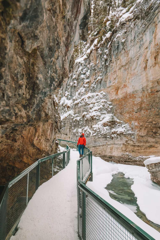 Поход по каньону Джонстон и наблюдение за северным сиянием над Канадой (7)