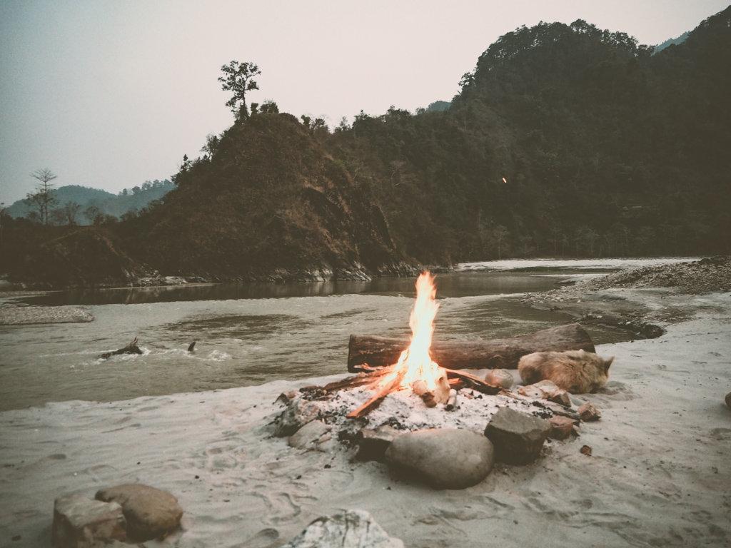 Разбиваем лагерь на реке Сети Непал