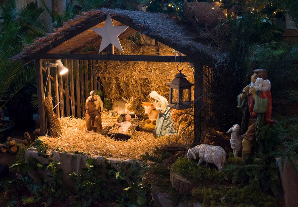 Веселые французские рождественские традиции включают изображение вертеп