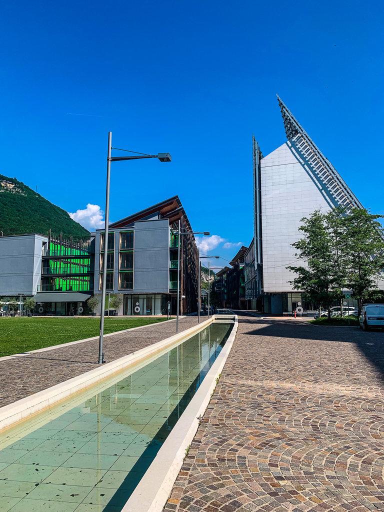 Университетская часть Тренто в Трентино имеет очень современную архитектуру
