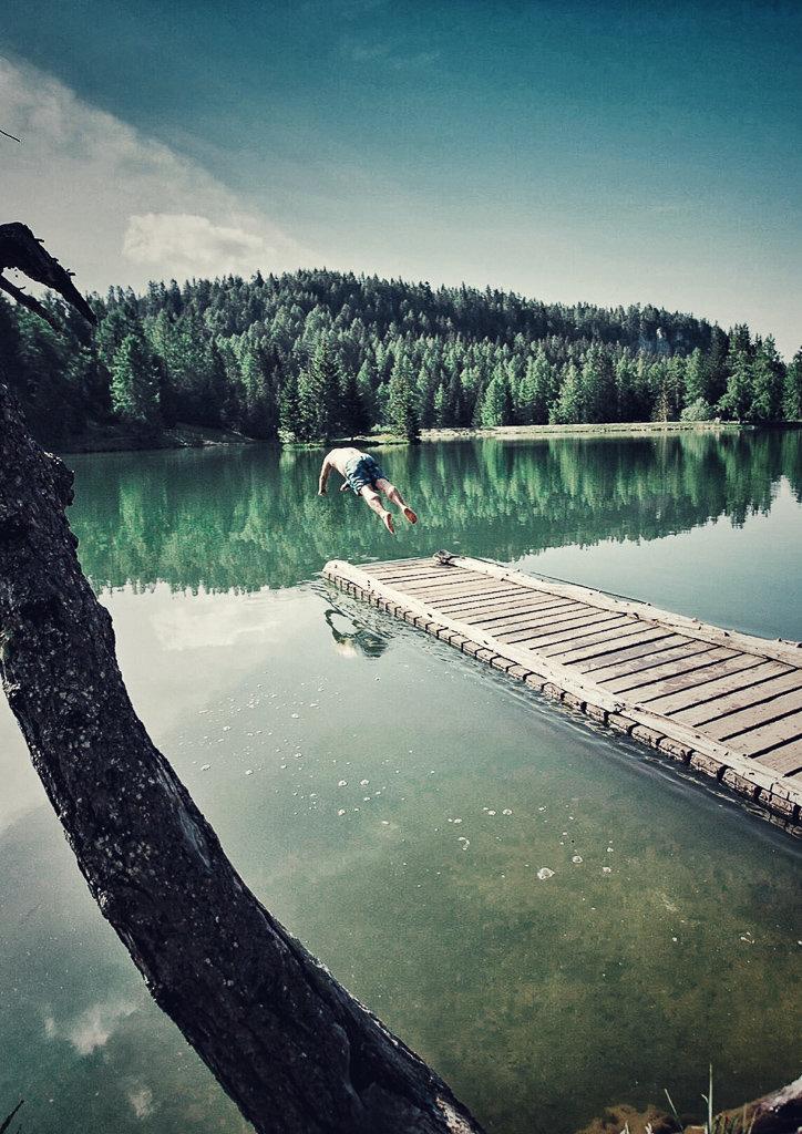 Купание в озере Трет, Трентино, Италия