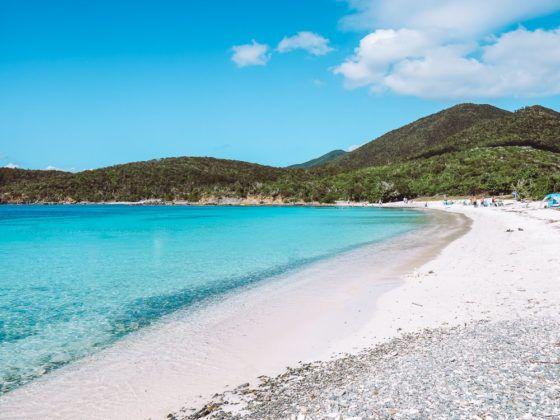 пушистый белый песок и ярко-голубая вода на пляже с соленым прудом в национальном парке Виргинских островов