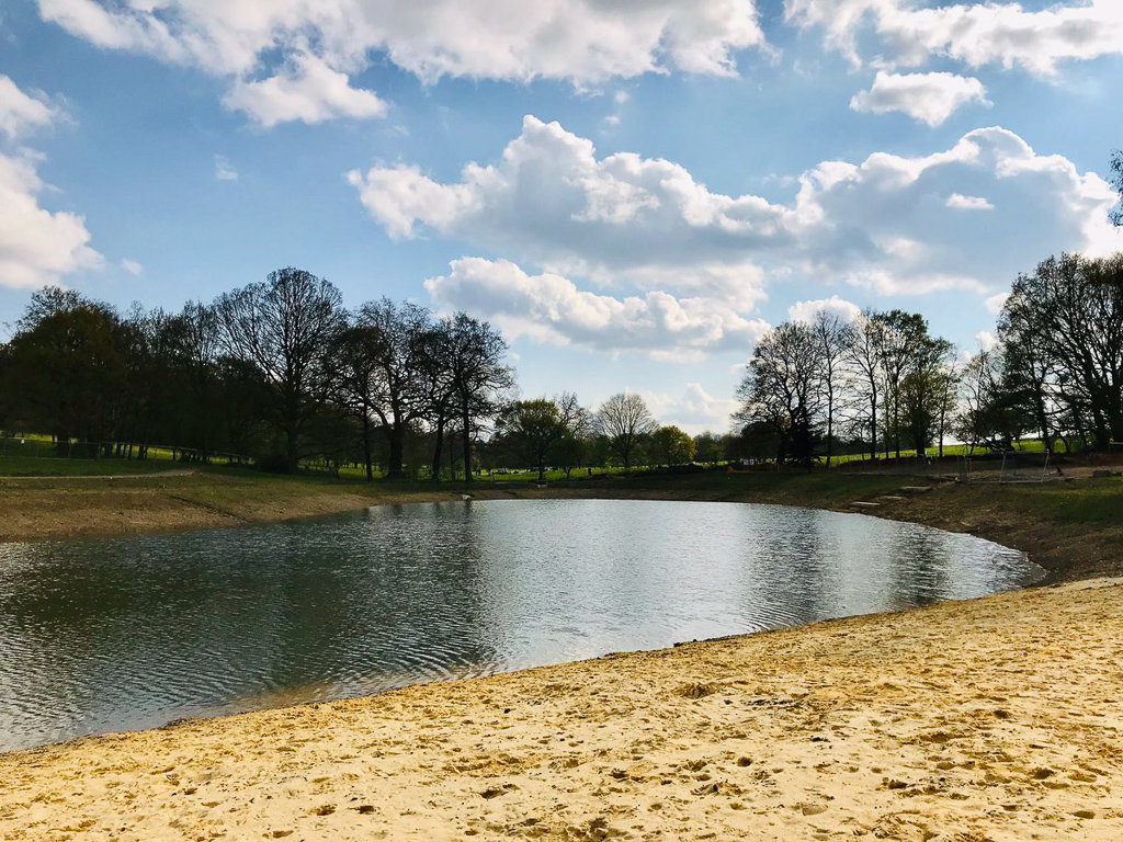 Озеро для дикой природы в парке «Бекенхем-плейс»