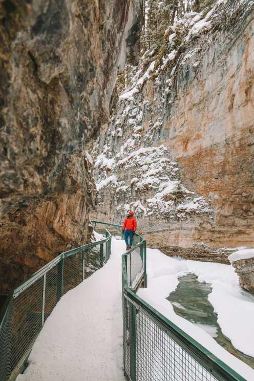 Прогулка по каньону Джонстон и наблюдение за северным сиянием над Канадой (7)