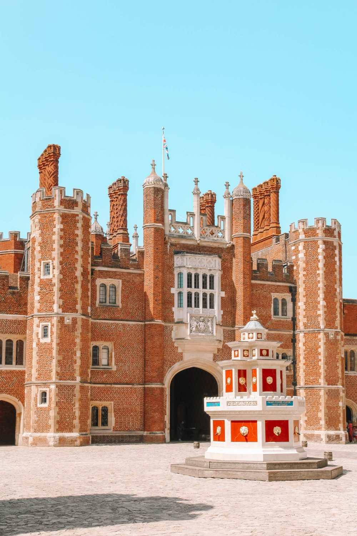 Дворец Хэмптон-Корт в Западном Лондоне