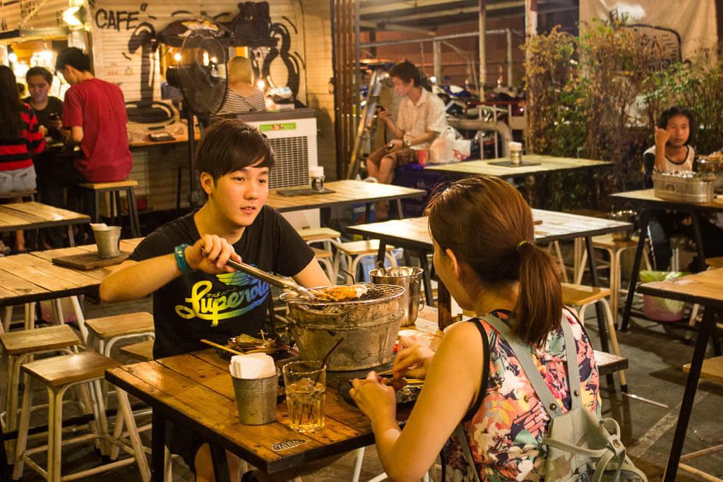 Местные жители на рынке Рот Фай