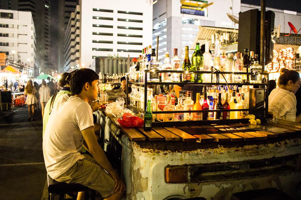 Коктейль-бары на железнодорожном рынке в Бангкоке