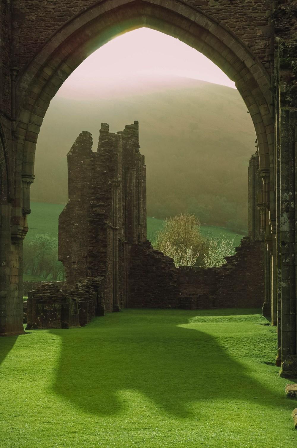 Монастырь и руины в Брекон-Биконс