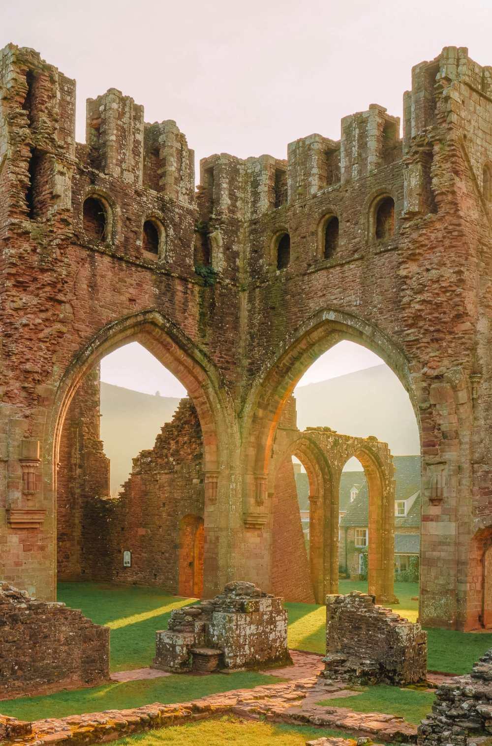 монастырь в Бреконских маяках
