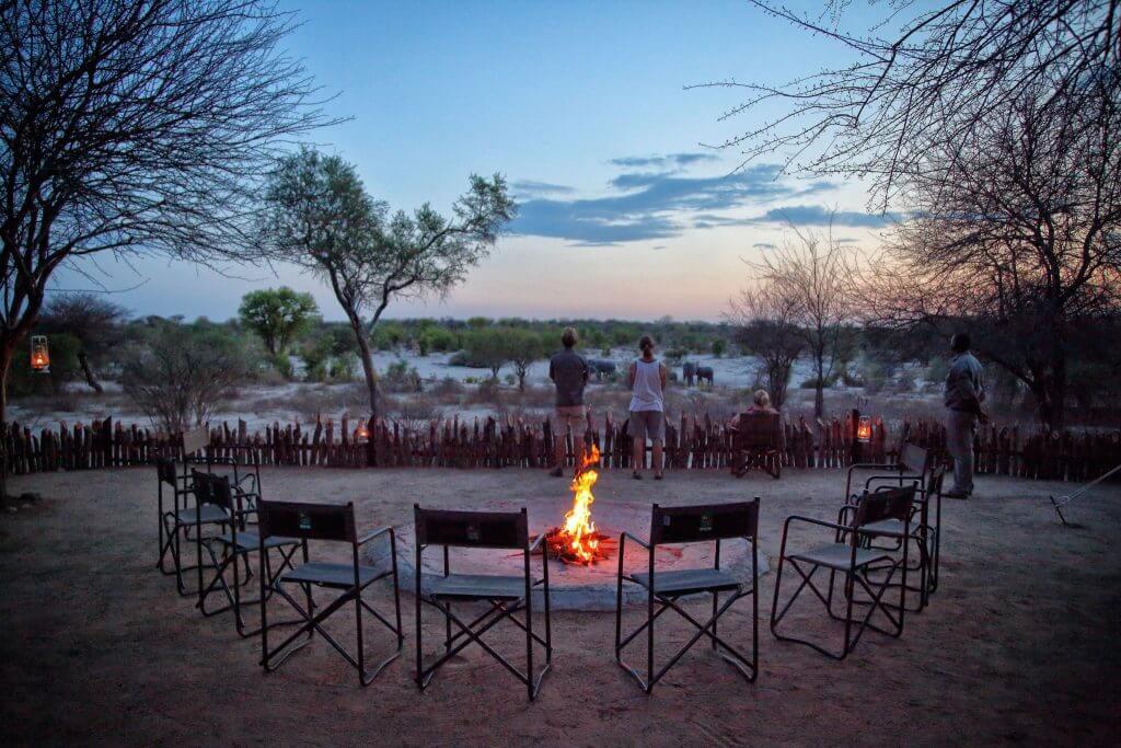 Сидеть у костра в Ботсване, Африка