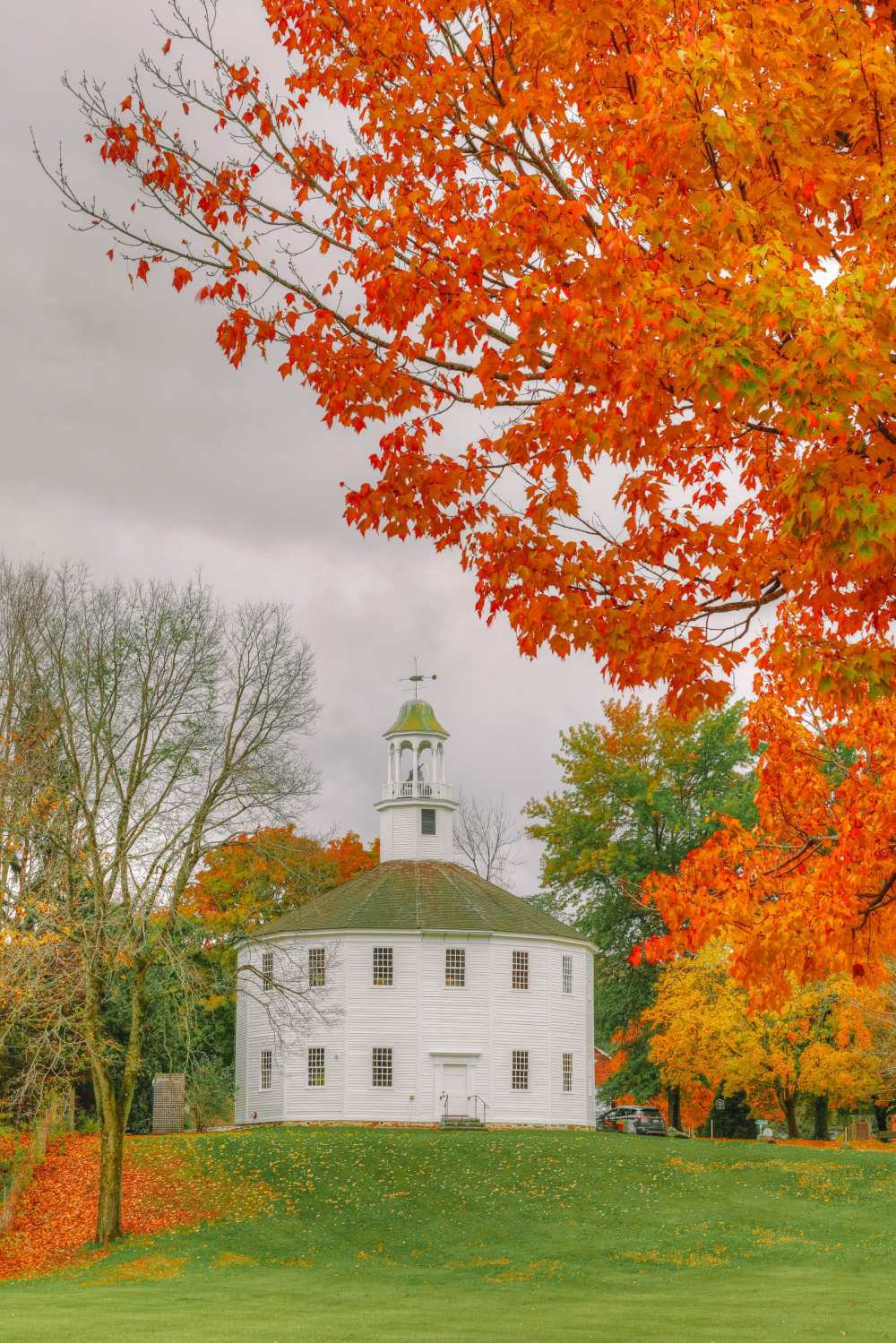 Круглая старая церковь недалеко от Берлингтона в Ладлоу, Вермонт