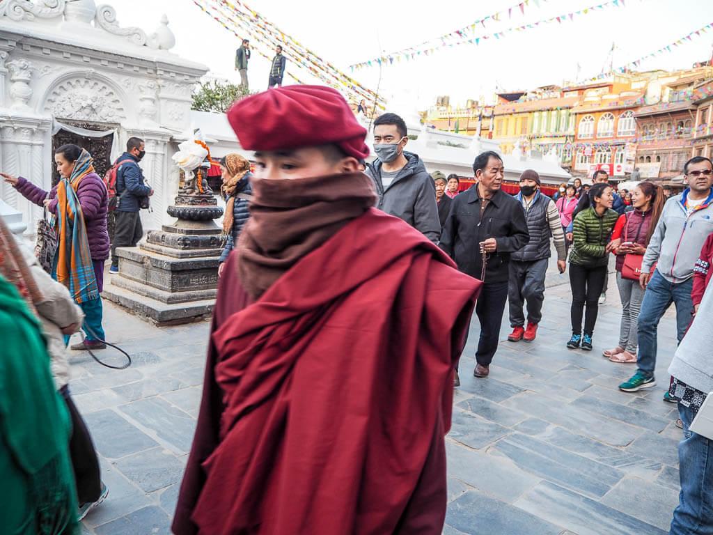 Тибетский монах гуляет вокруг ступы Будха