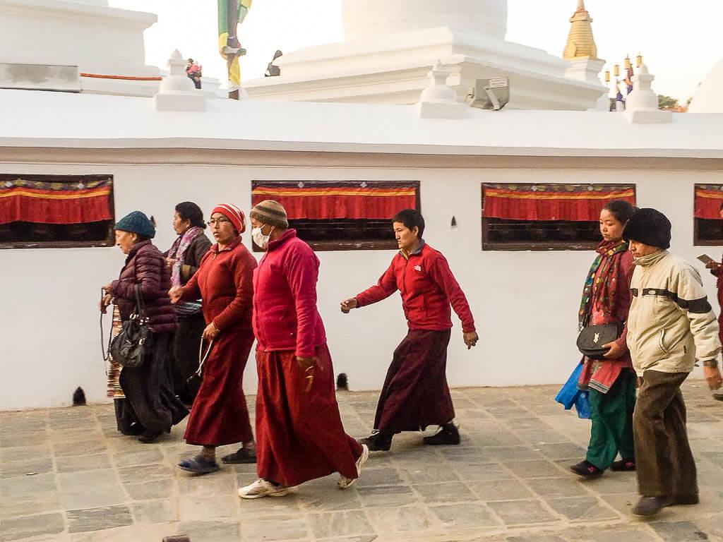 Прихожане гуляют вокруг ступы Будха