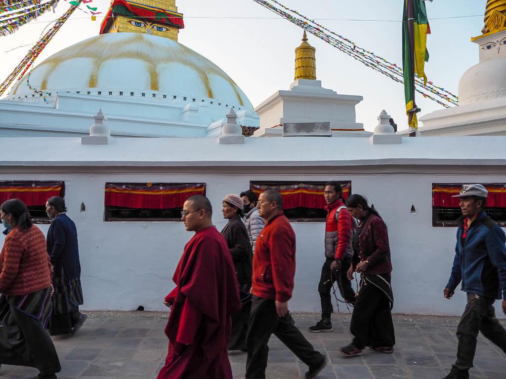 Люди, идущие вокруг ступы Будха