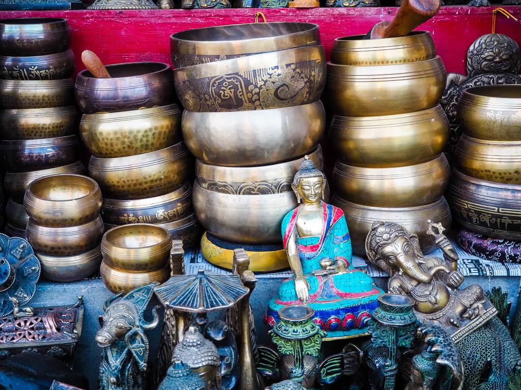 Тибетские поющие чаши рядом с Ступа Боудха