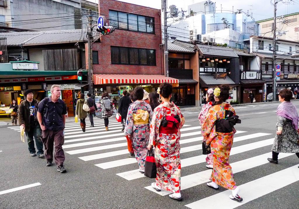 Гейши в центре Киото