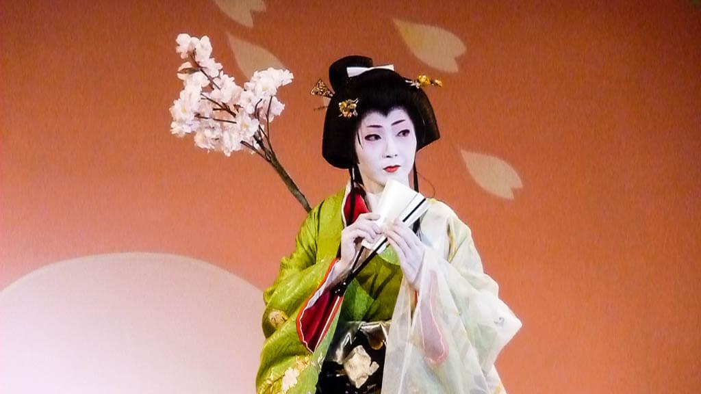 Гейша, выступающая в Киото