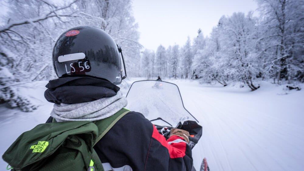 покататься на снегоходе в Лапландии