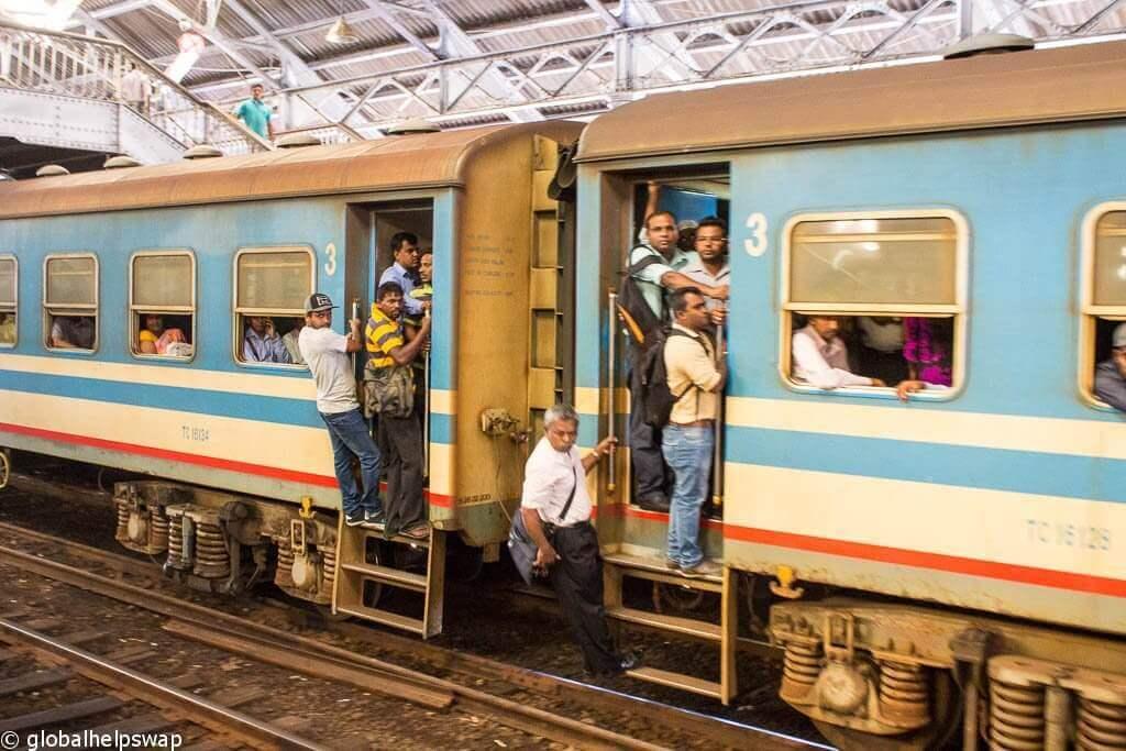 Люди на поезде Канди в Галле