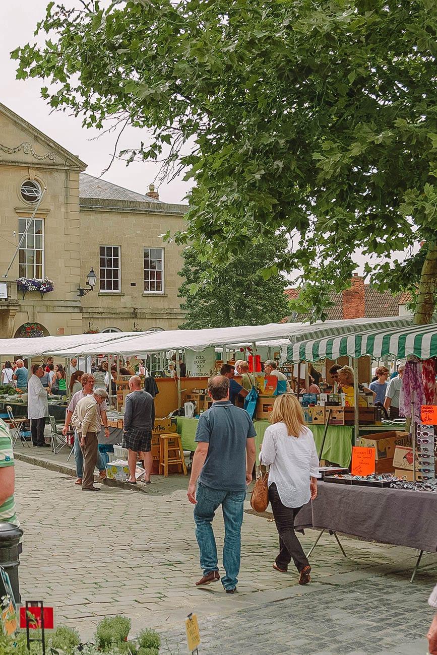 Рыночная площадь в центре города Уэллс в Сомерсете
