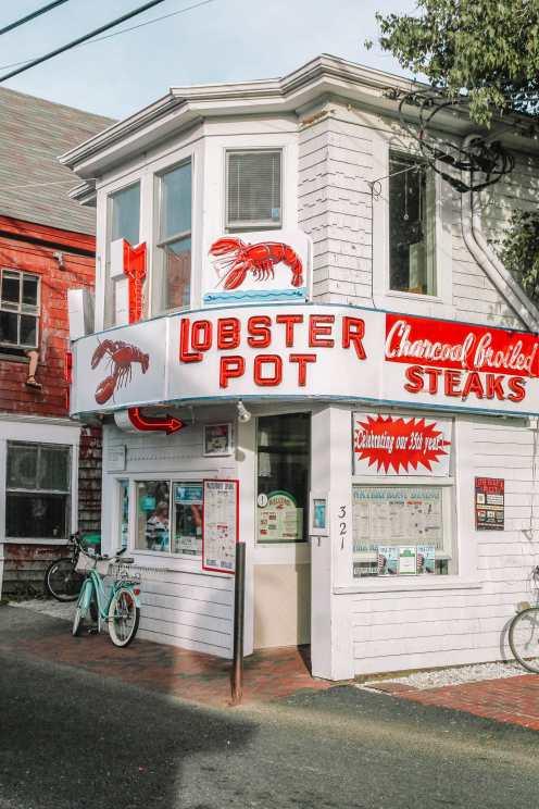 Лобстеры в Провинстауне на Кейп-Коде в Массачусетсе [19659038] Великолепный полуостров Кейп-Код совершенно красив и одно из лучших мест в Массачусетсе для изучения во время прибрежной поездки. </p> <p> С самыми потрясающими пляжами, великолепными маленькими городками, деревнями и парками, это тот регион, где Вы можете легко провести неделю, исследуя! </p> <p> Во время поездки обязательно сделайте остановку в Вудс-Хоул, чтобы немного побродить по набережной и сесть на лодку до Виноградника Марты. Кроме того, не забудьте провести много времени на потрясающих пляжах и дюнах национального побережья Кейп-Код. </p> <p> <img loading=