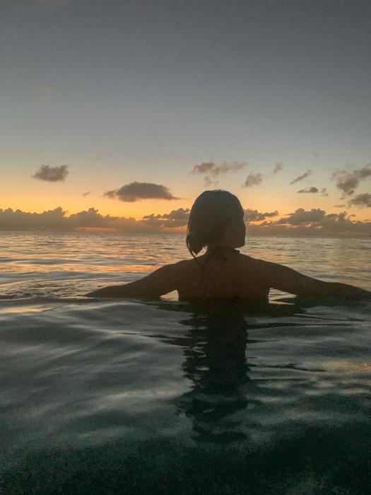 купание на закате на Антигуа
