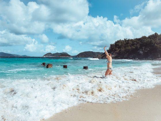 девушка плещется в волнах Денис Бэй - недооцененные пляжи Сент-Джона