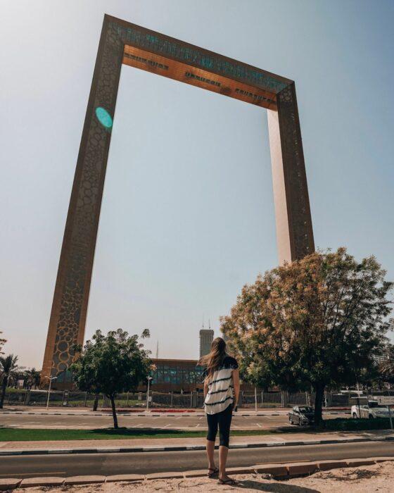Моника смотрит на Дубайский фрейм, одно из новейших событий в Дубае.