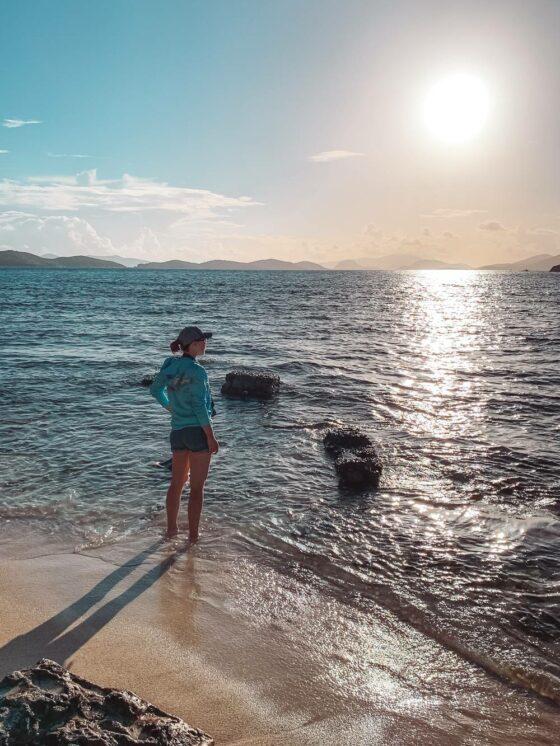девушка смотрит на восход солнца из Сапфирового залива