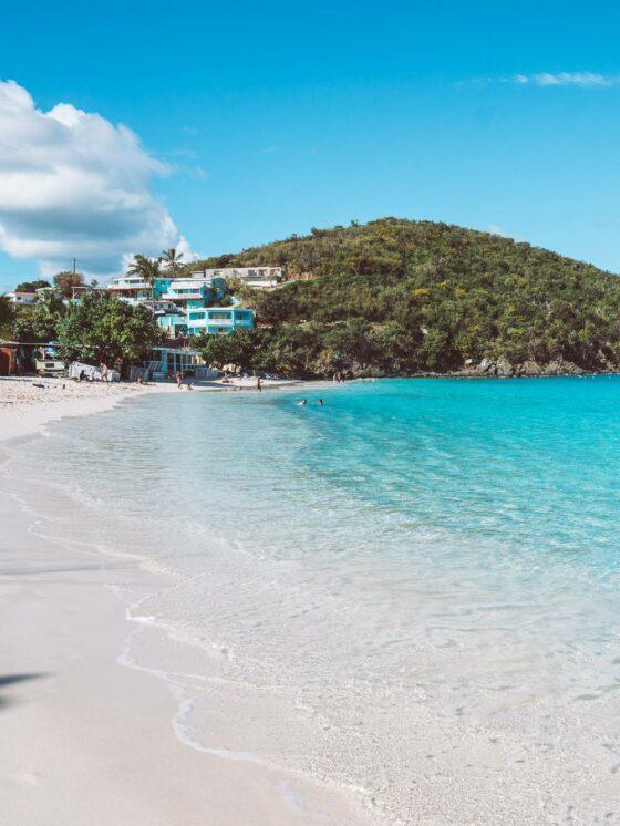 Ярко-голубая вода на пляже Коки в Сент-Томасе, США